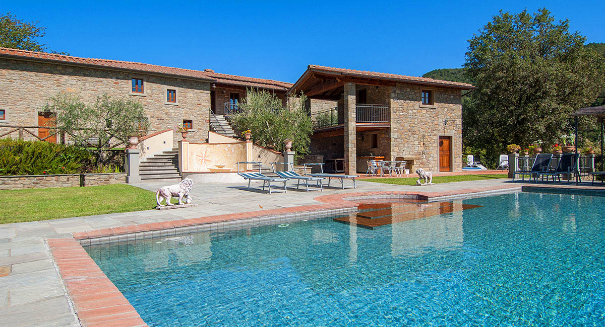 Arezzo villa for up to 10 with heated pool